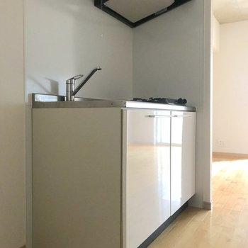キッチンの左横には冷蔵庫を置けます。※写真は4階の同間取り別部屋のものです