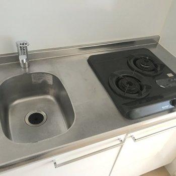 キッチンは作業場が狭めなので、別で作業台を使うといいかも。※写真は4階の同間取り別部屋のものです