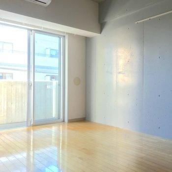 柔らかく差し込む日差しとコンクリが調和します。※写真は4階の同間取り別部屋のものです