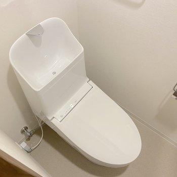 トイレには温水洗浄便座も。