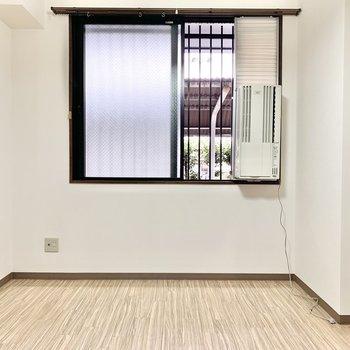 【洋室7帖】窓付なので換気もOK。
