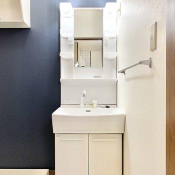 清潔感のある独立洗面台です。