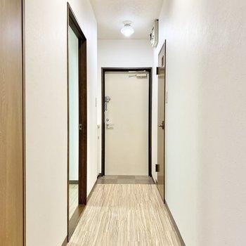 洋室や玄関へ繋がる廊下。