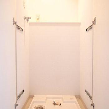 洗濯機は廊下に。目隠しのとびらつきです。
