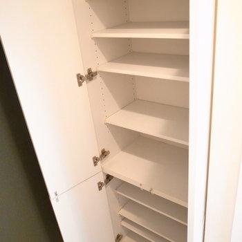 背の高いシューズボックスは、靴以外にも防災グッズや工具やアウトドア用品などなどを。