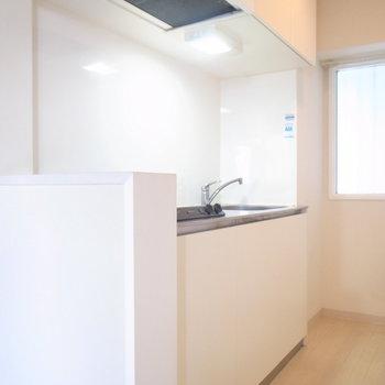 お料理しやすい、ゆとりのあるキッチン周り。窓は固定されています。