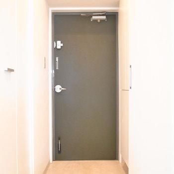 玄関は靴の脱ぎ履きに問題ない広さでした。