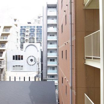となりのマンションの階段が近いですね。でも使用する人は多くないと思います。