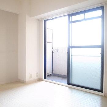 横長の洋室は、ベランダからの日差しがまんべんなく届いていますね。