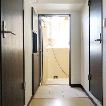 左側に脱衣所、右側にトイレがあります。(※写真は工事中のものです)