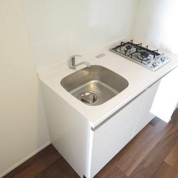 キッチンは白基調。冷蔵庫置き場もしっかり