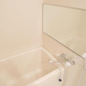 お風呂には大きな鏡が!浴室乾燥機付きです