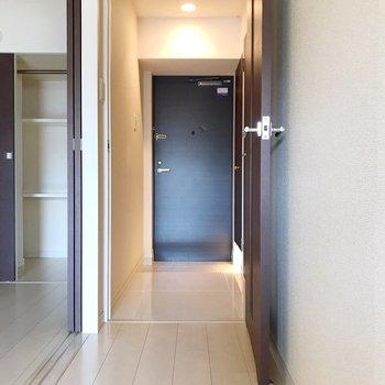 トイレは玄関側にありますよ(※写真は4階の同間取り別部屋、清掃前のものです)