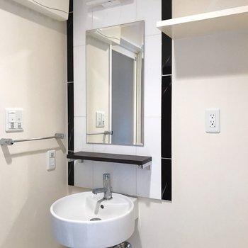 オシャレな洗面台は朝の支度が楽しくなりそう!(※写真は4階の同間取り別部屋、清掃前のものです)