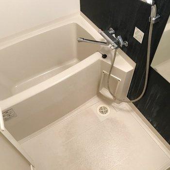 お風呂はサーモ水栓で使いやすそうです(※写真は4階の同間取り別部屋、清掃前のものです)