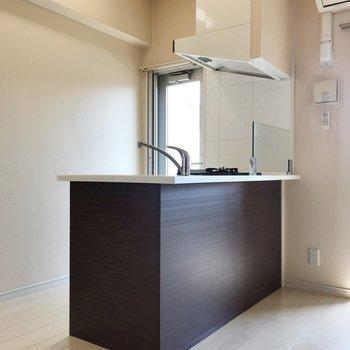 キッチン、コンロの前にガードがあるのが嬉しいつくり(※写真は4階の同間取り別部屋、清掃前のものです)