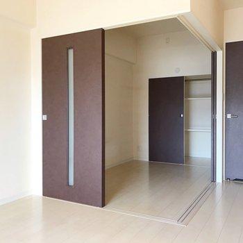 洋室は3.5帖。ダブルベッドがすっぽり入る広さ(※写真は4階の同間取り別部屋、清掃前のものです)
