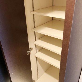 シューズボックスは奥行きたっぷり。工夫すれば1段4足入りそう(※写真は4階の同間取り別部屋、清掃前のものです)