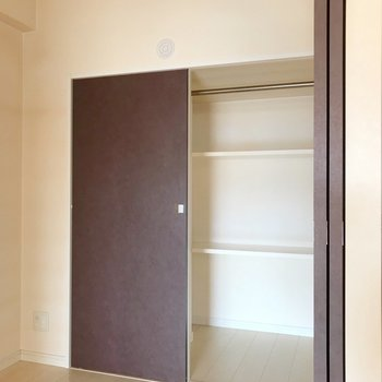 収納は片側のみ。上にはエアコンも取り付けられます(※写真は4階の同間取り別部屋、清掃前のものです)