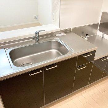 【LDK】シンクが大きく、調理スペースも確保されています。