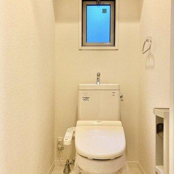 トイレには小窓があり、換気に協力的◎