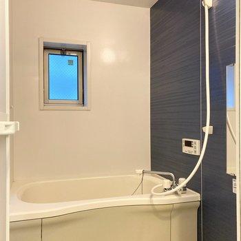 浴槽は丸みのあるデザインで、ゆったり感にリラックス。