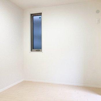 【洋室】続いて洋室へ。2面採光です◎