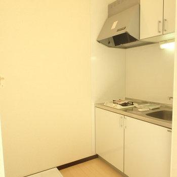 キッチン手前に洗濯機置き場。