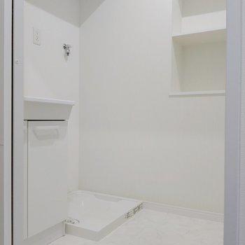 脱衣所には備え付けの棚もありました。洗剤やタオル置き場に◎ (※写真は9階の同間取り別部屋のものです)