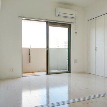 光をうつす白の空間。 (※写真は9階の同間取り別部屋のものです)
