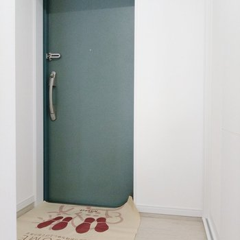 玄関も広々。2、3足は出したままでもいいかも。 (※写真は9階の同間取り別部屋のものです)