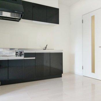 広々としたキッチン。横に冷蔵庫も置けます。 (※写真は9階の同間取り別部屋のものです)