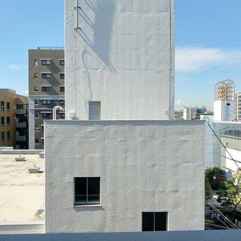 正面は建物だけど、離れているので人目は気になりません。 (※写真は9階の同間取り別部屋のものです)