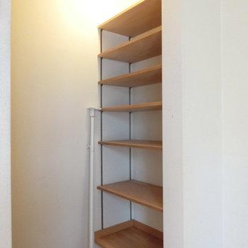 階段の突き当りにはオープンラックがあります。※写真は前回募集時のものです