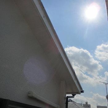 窓からの眺望。見上げると青空が見えます。※写真は前回募集時のものです