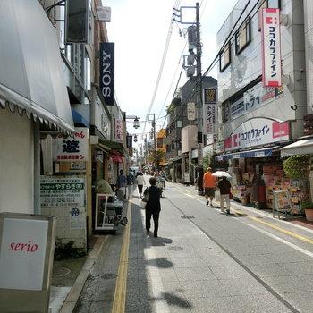 駅周辺には長閑な商店街が。