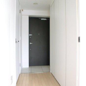 廊下部分右一面が収納。半分は靴箱です。※写真は7階の同間取り別部屋のものです