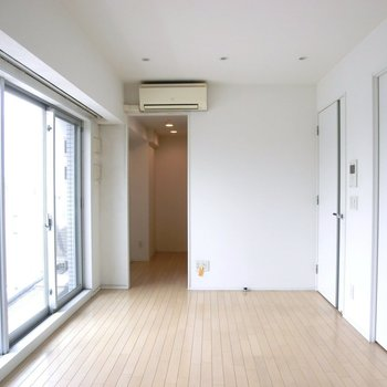 【LDK】広々としています。奥にはキッチン。※写真は7階の同間取り別部屋のものです
