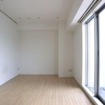 【LDK】日当たりがよくて明るいですね。※写真は7階の同間取り別部屋のものです