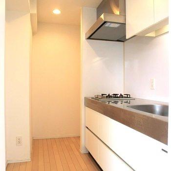 半個室のキッチン。広々です。※写真は7階の同間取り別部屋のものです