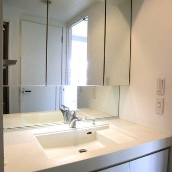 ワイドな洗面台が高級感。※写真は7階の同間取り別部屋のものです