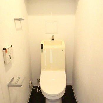 ペーパーホルダーが面白い!棚付きトイレ。※写真は7階の同間取り別部屋のものです