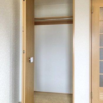 クローゼットを開けてみると奥行きも感じました。※写真は3階の反転間取り別部屋のものです
