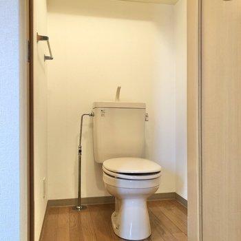 トイレには上部収納が付いています。※写真は3階の反転間取り別部屋のものです