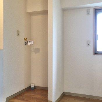 キッチンの前には洗濯機置き場があります。※写真は3階の反転間取り別部屋のものです