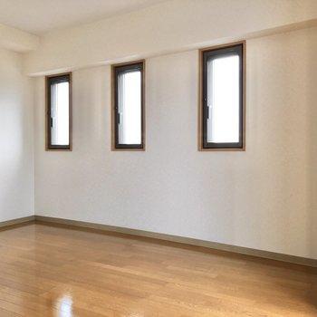 3つ子の窓側にテレビを置こうかな。※写真は3階の反転間取り別部屋のものです