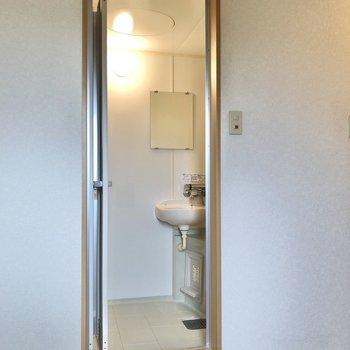 お風呂はスリムなドアから。※写真は3階の反転間取り別部屋のものです