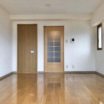ドアも優し気なブラウン色。※写真は3階の反転間取り別部屋のものです