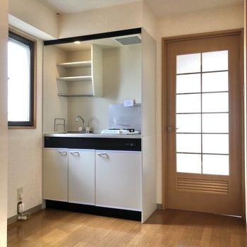 廊下でくるっと振り返ると、キッチンがありました。※写真は3階の反転間取り別部屋のものです