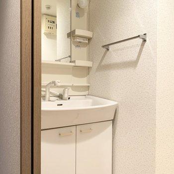 独立洗面台。タオル掛けも付いてます!(※写真は4階の同間取り別部屋のものです)
